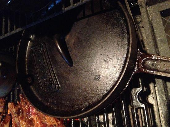 しまったままだったダッチオーブンを手入れしてピザとパンを焼いてみた